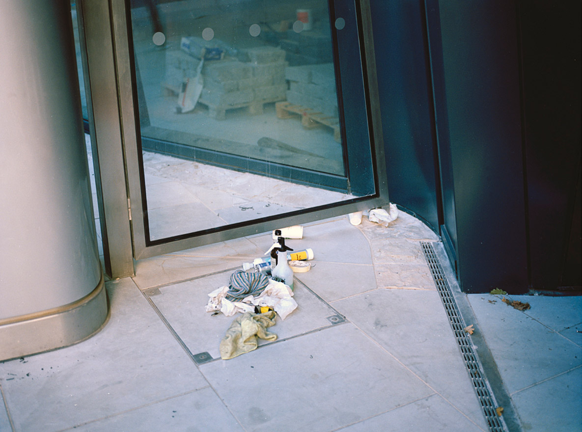 From the series 'On the Verge: Epiphanies on the Commuter Belt', City of London, 2010 © Ignacio Acosta